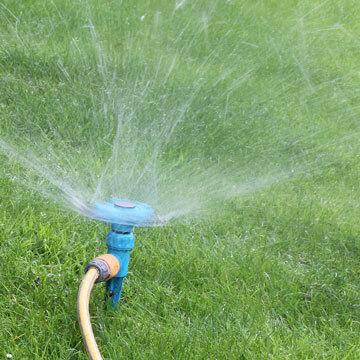 Gartenbewässerung mit der Wasserzisterne Beton
